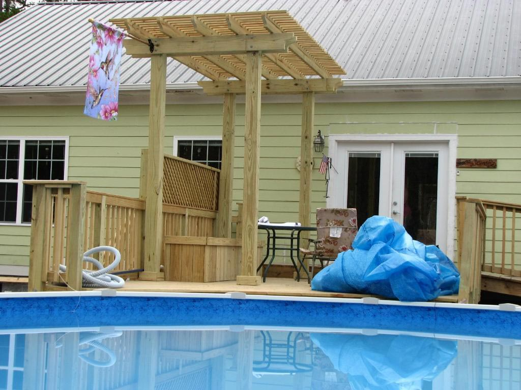 Swimming pool decks above ground designs backyard design for Deck from house to above ground pool